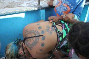 Une enfant nous amène sa copine qui est tatouée....